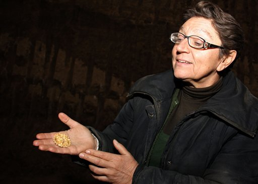 Archeologist Diana Gergova shows the gold from Sveshtari